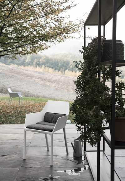 Kristalia_Mem_outdoor-lips-D-cushion-field.jpg